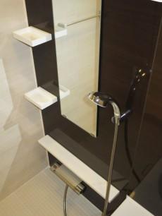 目白台芙蓉ハイツ 浴室換気乾燥機が設置されたバスルーム