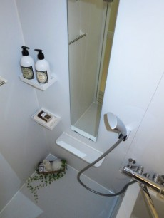 すっきりした印象のバスルーム