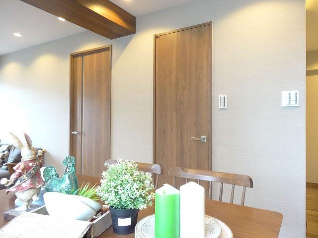 サンマリーナ新子安 洋室とストレージの扉407