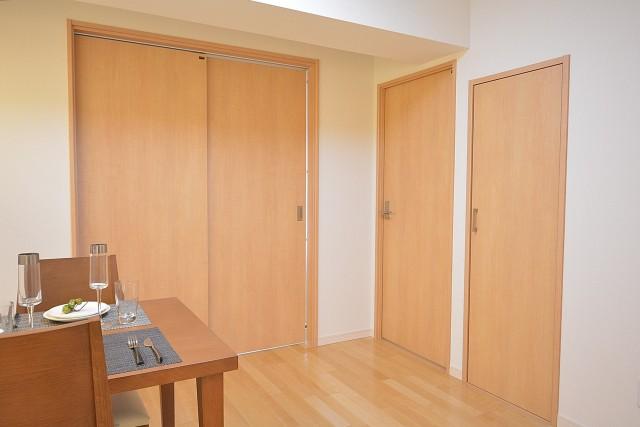 日興パレス南麻布第2 洋室扉と物入れの扉