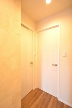 ファミール六本木 ベッドルームとサニタリールームのドア