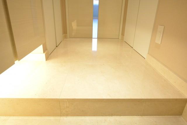 五反田コーポビアネーズ 大理石貼りの廊下