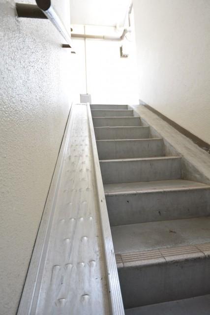 ダコタ西荻 階段