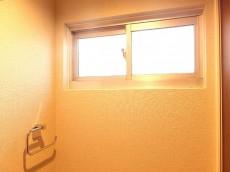 理研不動前ビル トイレ内の窓