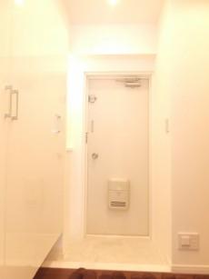 パシフィック本駒込 白基調の明るい玄関ホール