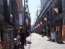卓巳コーポ 高架下にも店舗が続いています