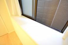 フリーディオ三宿 4.8帖のベッドルーム出窓