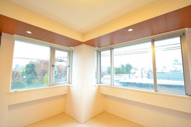 陽輪台松濤 6.7帖のベッドルーム 窓