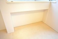 陽輪台松濤 6.7帖のベッドルーム 窓の下