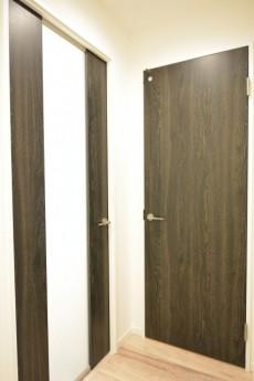 東カングランドマンション池袋キャッスル 洗面室とLDK扉