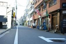 サンローゼ新宿 店舗側の道路