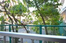 玉川スカイハイツ 玄関前は公園