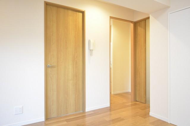 マイキャッスル大井町Ⅱ 洋室扉とキッチン入口