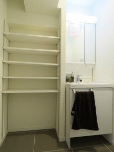 白金台桜苑マンション リネン棚と洗面化粧台