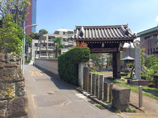 ノア三田 (1) 桜田通りからお寺の脇道を入っていきます