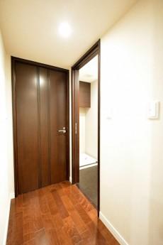 松濤アパートメント_9.4帖のベッドルーム前室