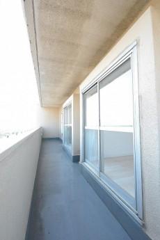 ライオンズマンション駒沢 13.6帖LDK側のバルコニー