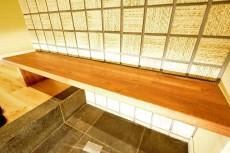 豊栄西荻マンション 玄関のベンチ