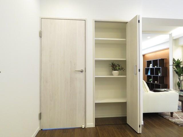 ベルメゾン鷹番 洋室扉とリビング収納