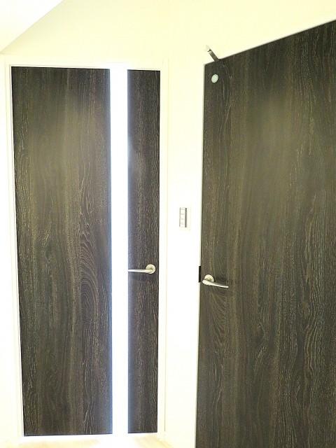 グランデージ和泉 洋室と洗面室扉