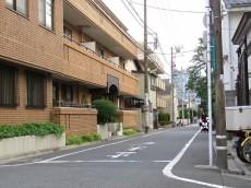 朝日瀬田マンション エントランス前道路