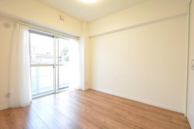 西新宿ハウス 4.6帖の洋室