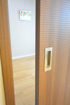 コスモ自由が丘 5.9帖洋室のドア