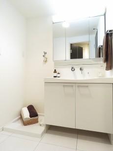 五反田サニーフラット 洗濯機置場と洗面化粧台