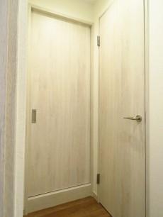ディアハイム目黒 洗面室とトイレ扉