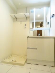 大森パークハイツ 洗濯機置場と洗面化粧台