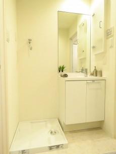 セブンスターマンション東山 洗濯機置場と洗面化粧台