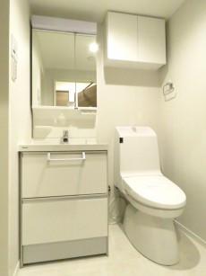 チサンマンション参宮橋 洗面化粧台とトイレ