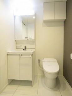 越前堀永谷マンション 洗面化粧台とトイレ