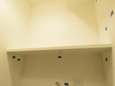 朝日ラ・パリオ四谷 洗濯機置場上の棚