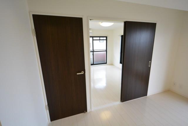 セザール第2上北沢 LDKから洋室のドア