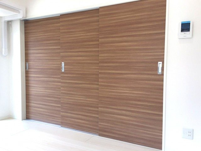 ラインコーポ箱崎 (39) それでは。この3枚扉の向こうのお部屋をご案内いたします