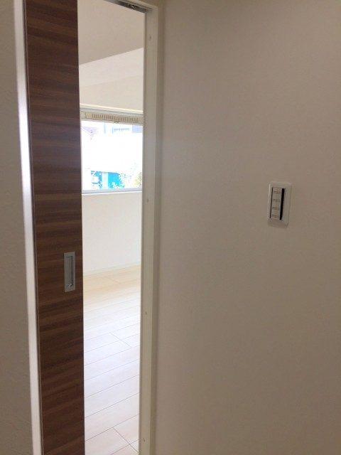 ラインコーポ箱崎 (19) 玄関左手のリビングルームからご案内します