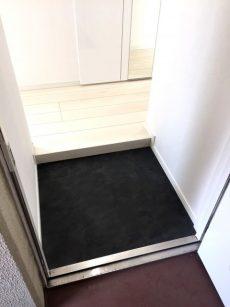 ラインコーポ箱崎 (16) 玄関は真っ黒、お部屋は白基調です!