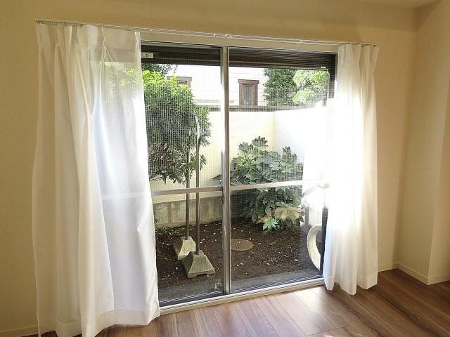 豊栄平町マンション 洋室窓