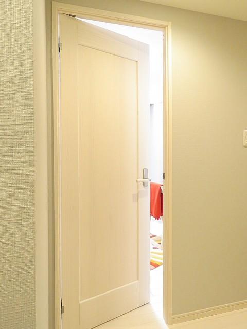 ライオンズマンション南平台 洋室約4.8帖扉