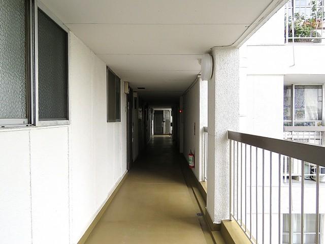 都立大コーポラス 共用廊下
