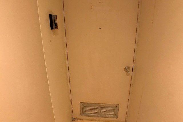 こちら今回のお部屋玄関前になります|ω・`)ちら レトロな可愛い扉ですね? カラーTVモニタ付きインターフォンが今回新たに設置されました! これで来訪者もばっちり確認 セキュリティ面も安心ですねー