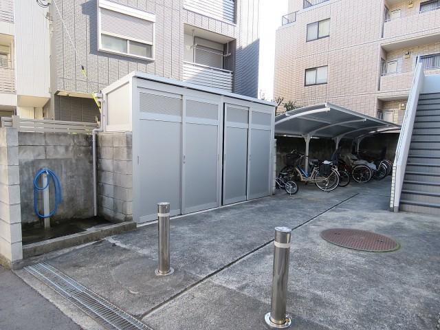 プチモンド目白 ゴミ置き場と駐輪場
